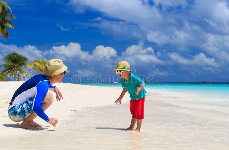 Vader en zoon die pret op de zomervakantie hebben stock afbeeldingen