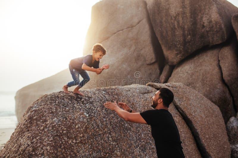 Vader en zoon die pret op de zomervakantie hebben royalty-vrije stock fotografie