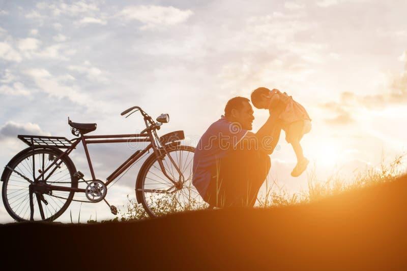 Vader en zoon die pret op zonsondergang hebben royalty-vrije stock fotografie