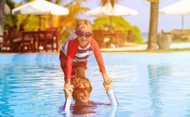 Vader en zoon die pret in zwembad hebben royalty-vrije stock foto