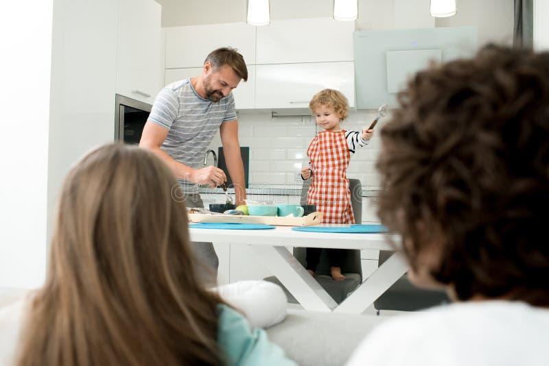 Vader en zoon die samen koken stock afbeelding