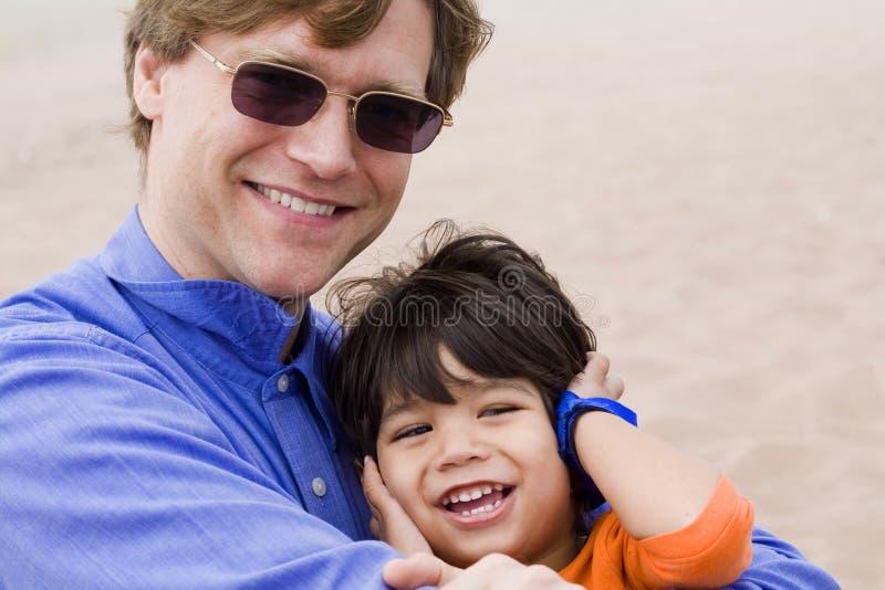 Vader en zoon die samen lachen royalty-vrije stock afbeelding