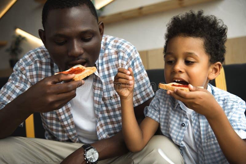 Vader en zoon die toosts eten royalty-vrije stock foto's