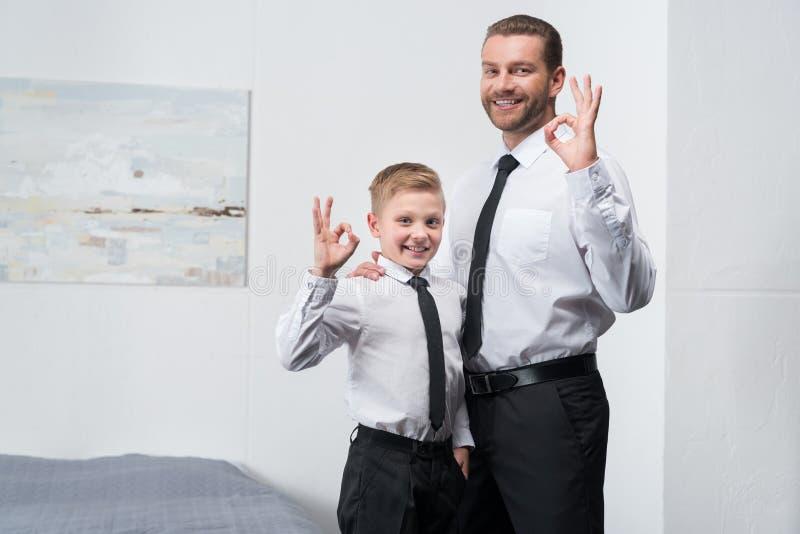 Vader en zoon in formele slijtage stock foto