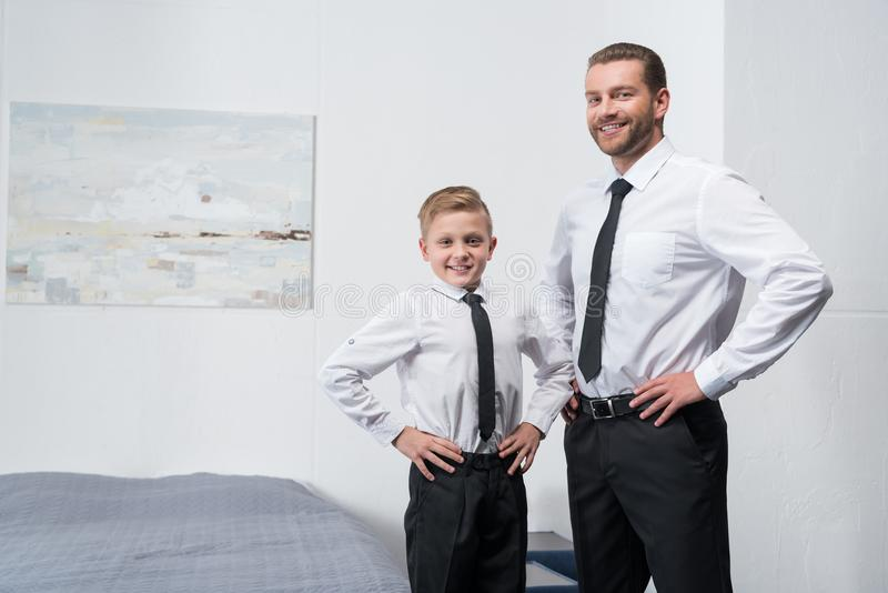 Vader en zoon in formele slijtage stock afbeeldingen
