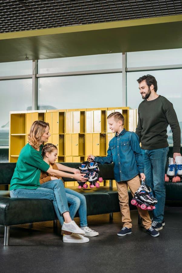 vader en zoon gebrachte rolschaatsen voor familie royalty-vrije stock foto's