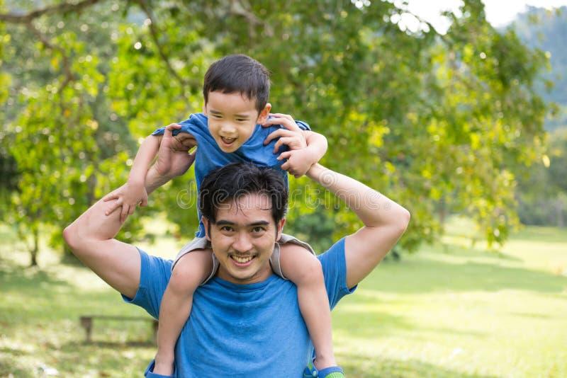 Vader en zoon in het park stock foto