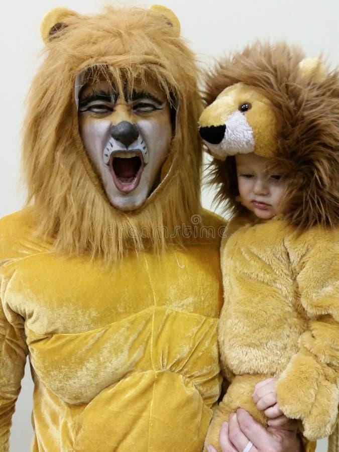 Vader en Zoon in Lion Costumes stock afbeeldingen