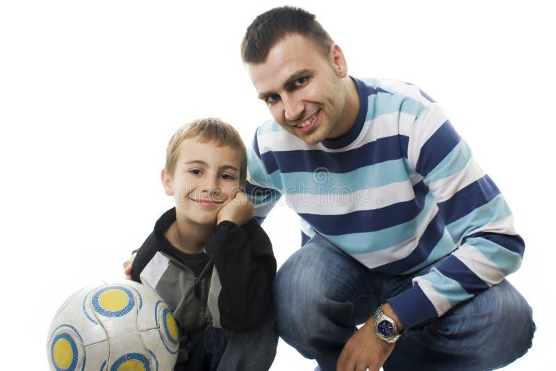 Vader en Zoon met voetbal stock afbeeldingen
