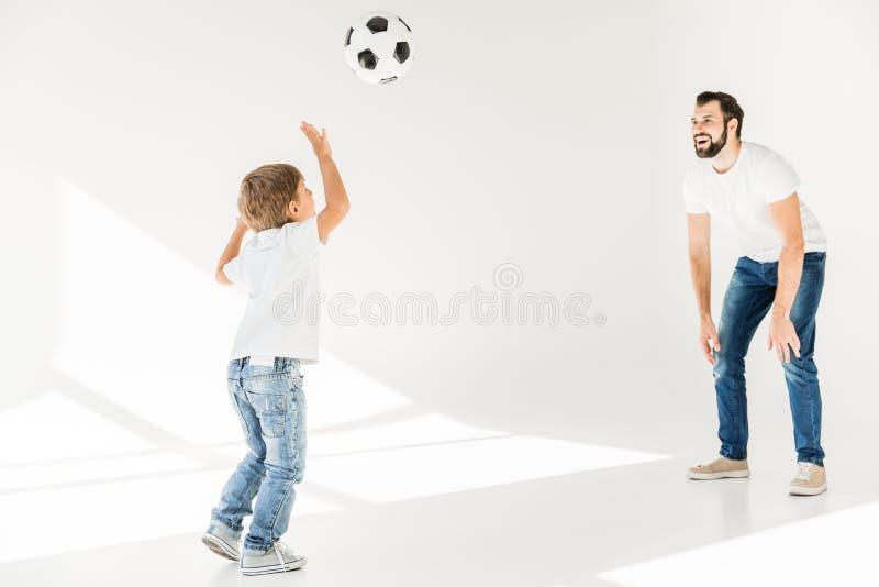 Vader en zoon met voetbalbal royalty-vrije stock foto