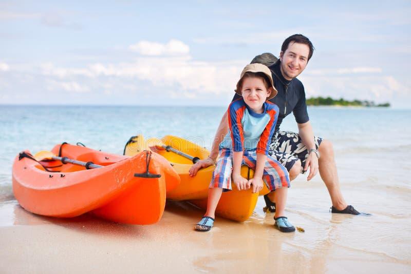Vader en zoon na het kayaking stock afbeeldingen