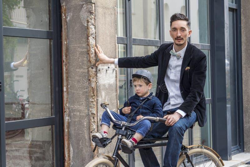 Vader en zoon op de fiets royalty-vrije stock foto