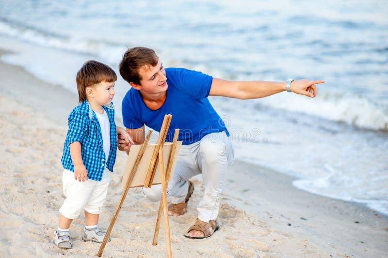 Vader en zoon op een achtergrond van het overzees royalty-vrije stock afbeelding