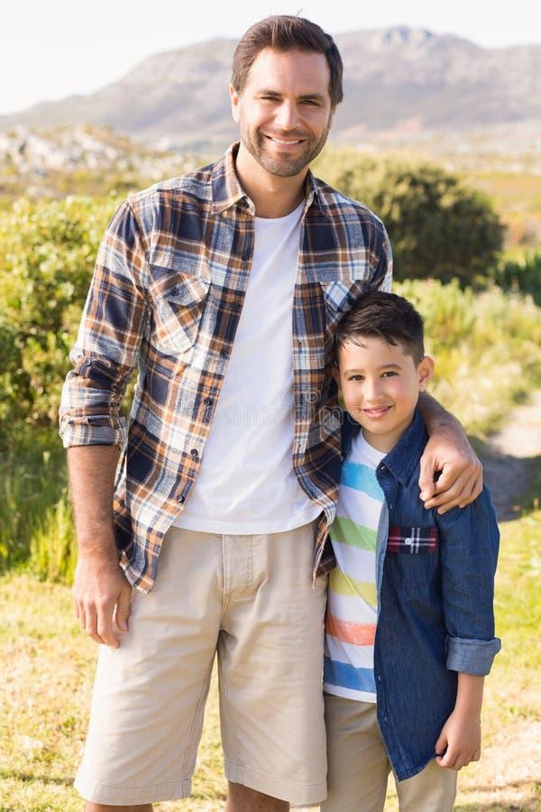 Vader en Zoon op een stijging samen stock fotografie