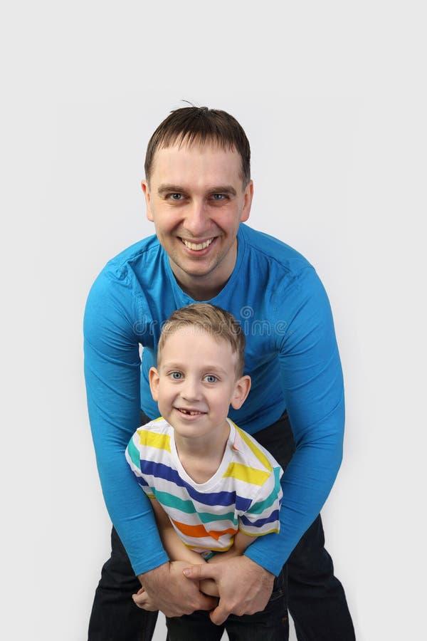 Vader en zoon op grijs royalty-vrije stock afbeeldingen