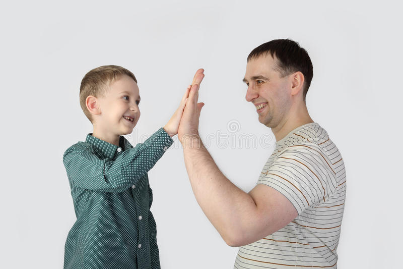 Vader en zoon op grijs royalty-vrije stock foto's