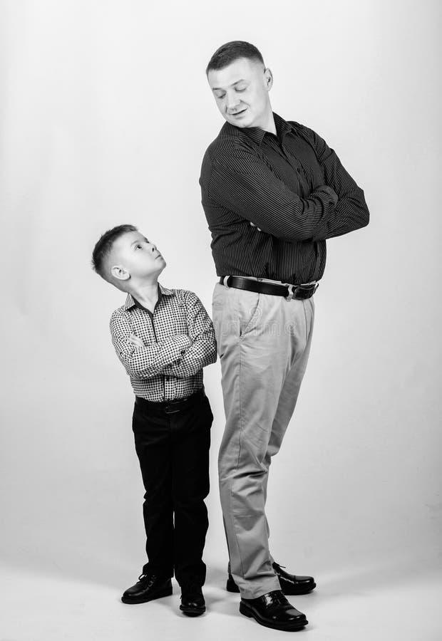 vader en zoon in pak Gelukkig kind met vader Partner Familiedag Kinderjaren Vader en zoon stock foto