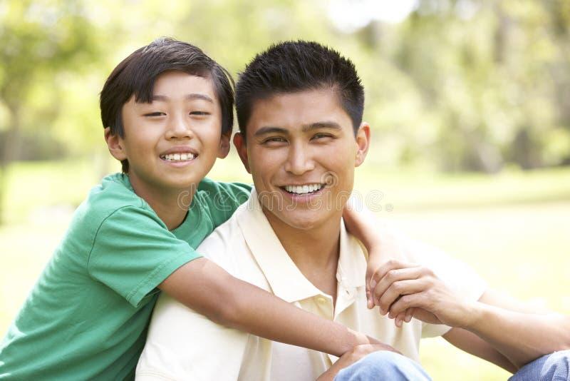 Vader en Zoon in Park stock afbeelding