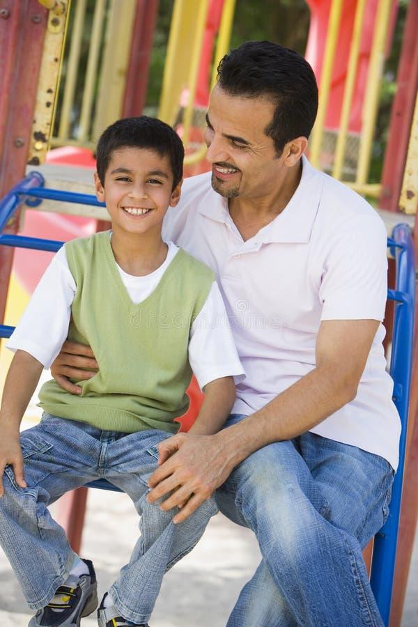 Vader en zoon in speelplaats royalty-vrije stock foto
