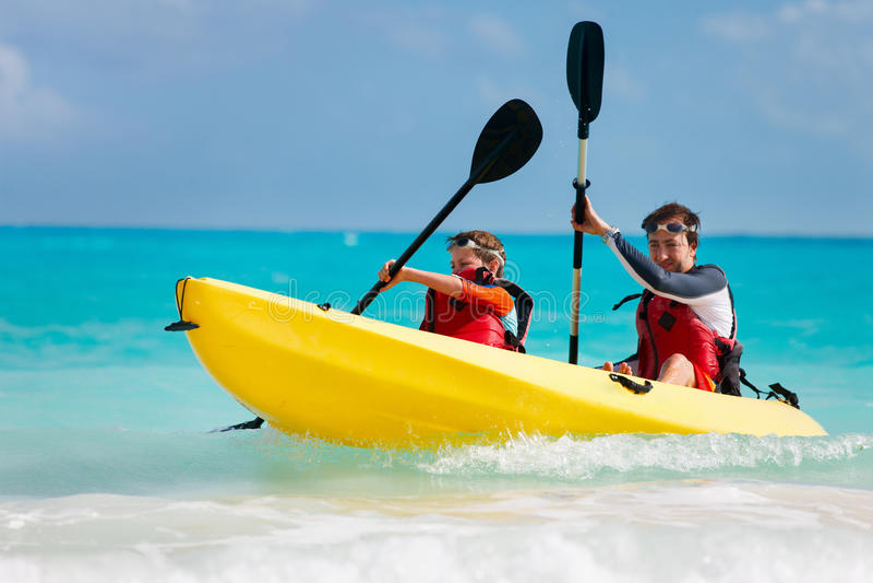 Vader en zoons het kayaking stock fotografie