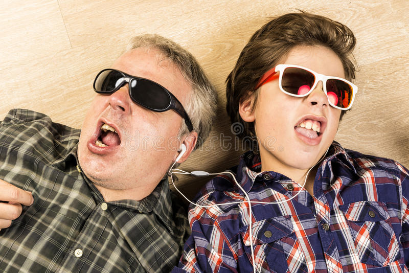 Vader en zoons het luisteren muziek samen royalty-vrije stock foto