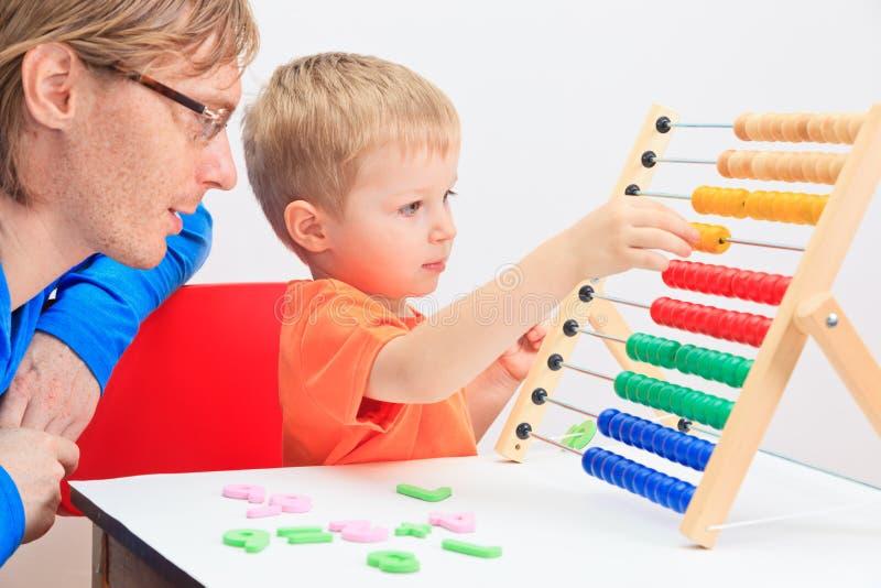 Vader en zoons het spelen met telraam stock afbeelding