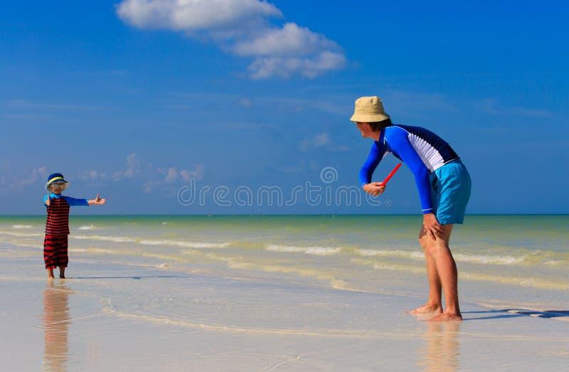 Vader en zoons het spelen met vliegende schijf bij stock afbeeldingen