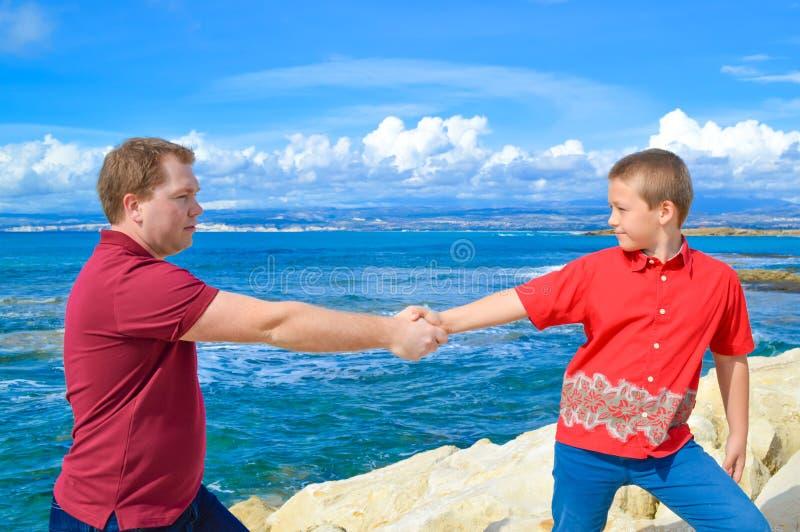 Vader en zoonsholdingshanden royalty-vrije stock afbeelding