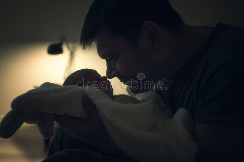 Vader en zoonsneus aan neus royalty-vrije stock afbeelding