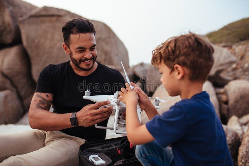 Vader en zoonsopstellingshommel bij het strand royalty-vrije stock afbeeldingen