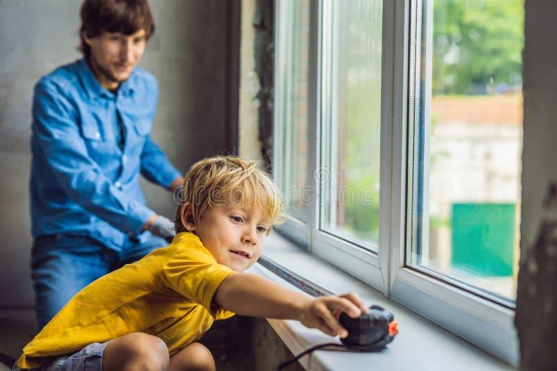 Vader en zoonsreparatievensters samen Herstel het huis zelf stock afbeelding