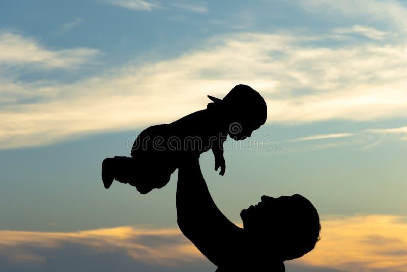 Vader en zoonssilhouetten royalty-vrije stock afbeelding