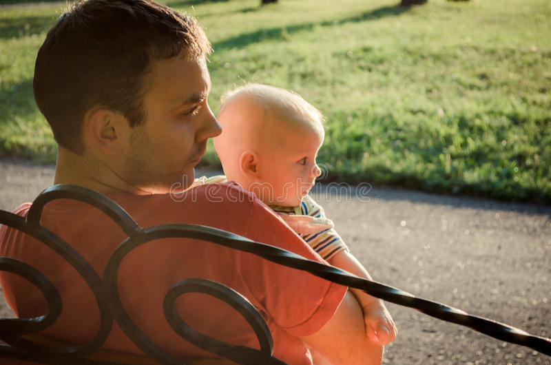Vader en zoonszitting op de tak royalty-vrije stock fotografie