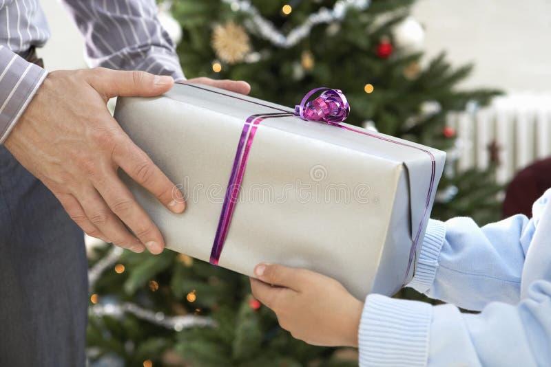 Vader Giving Christmas Present aan Zoon stock afbeeldingen