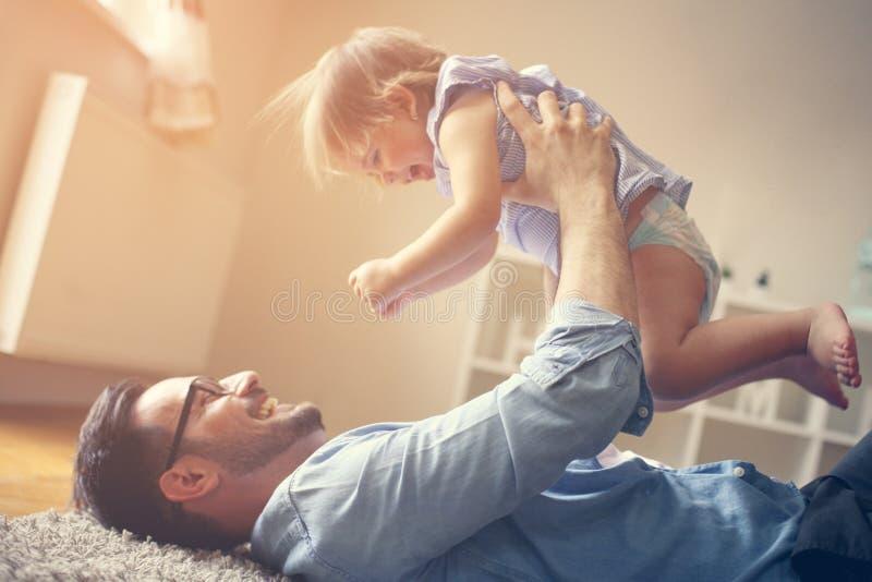 Vader het besteden tijd met zijn kleine baby thuis royalty-vrije stock afbeelding