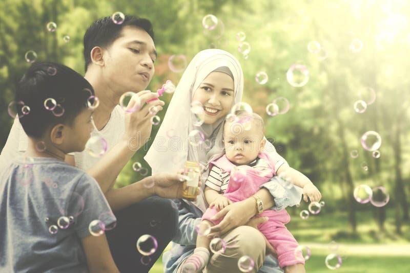 Vader het spelen met zijn familie in het park stock fotografie