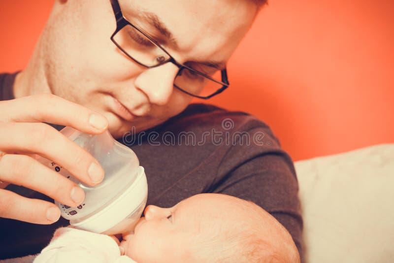 Vader het voeden van flessen pasgeboren baby royalty-vrije stock foto's