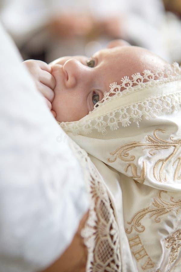 Vader Kaukasische jonge mens die weinig zuigelingsjong geitje in baptis houden stock afbeeldingen