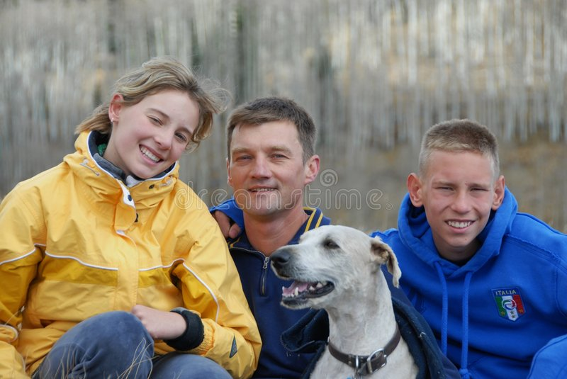 Vader, kinderen en hun hond stock foto