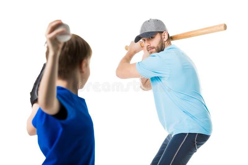 Vader klaar om de bal door honkbalknuppel te raken stock foto