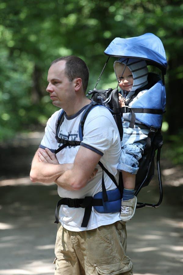 Vader met baby in carrier stock afbeelding