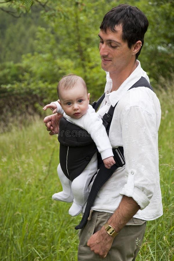 Vader Met Baby In Slinger Royalty-vrije Stock Foto