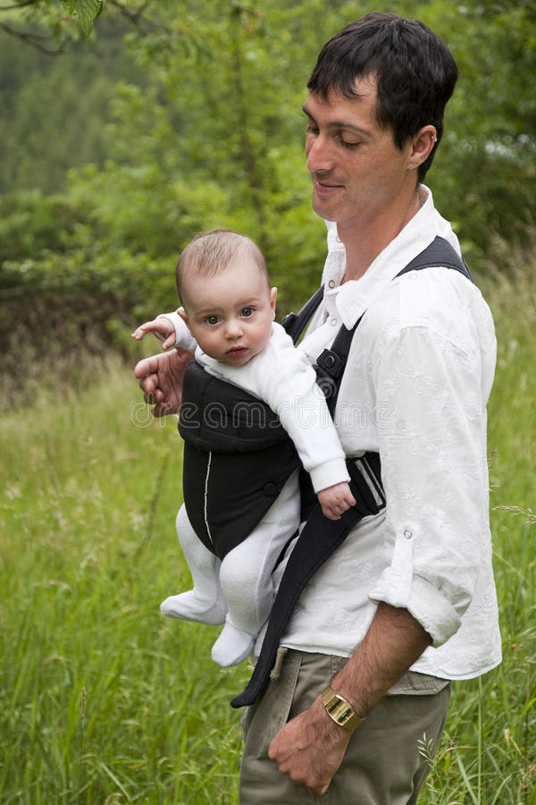 Vader met baby in slinger