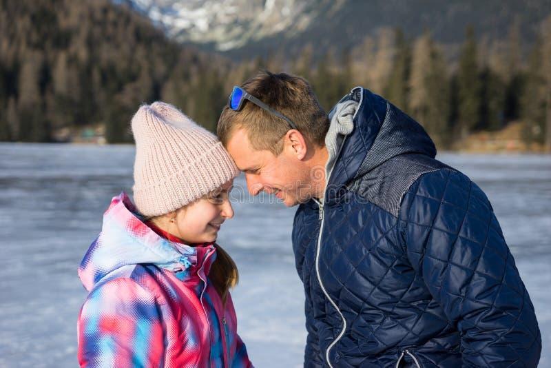 Vader met dochter die de winter van vakanties genieten stock fotografie