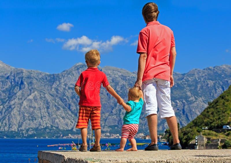 Vader met jonge geitjes op vakantie in bergen stock afbeelding