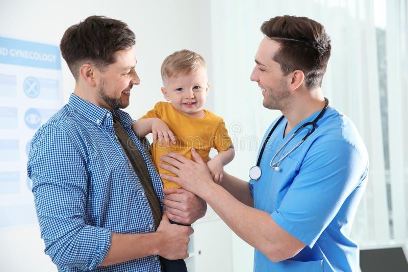 Vader met kind bezoekende arts stock fotografie
