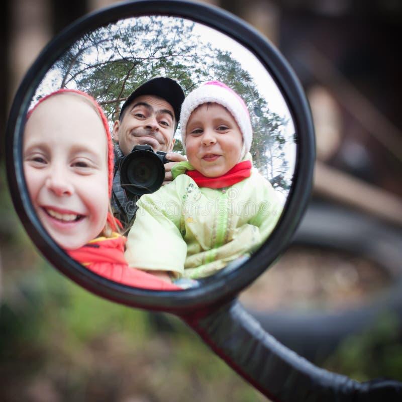 Vader met kinderen stock afbeelding