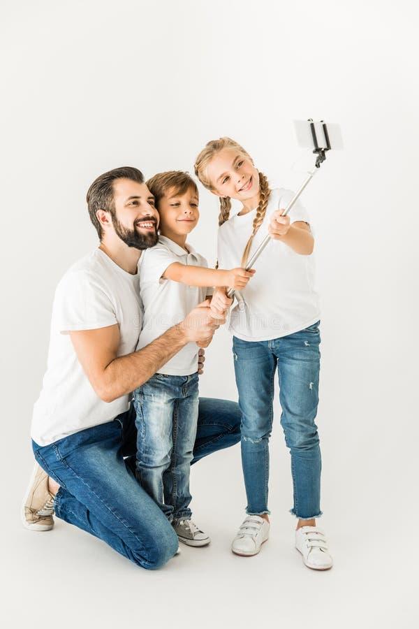 Vader met kinderen die selfie nemen royalty-vrije stock foto