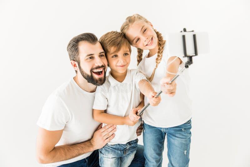 Vader met kinderen die selfie nemen royalty-vrije stock afbeelding