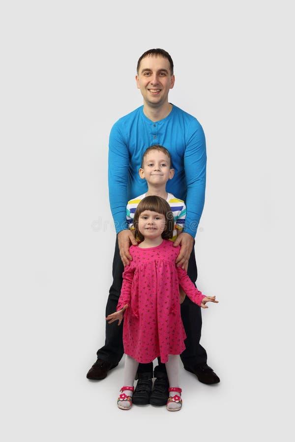Vader met kinderen op grijs royalty-vrije stock afbeeldingen